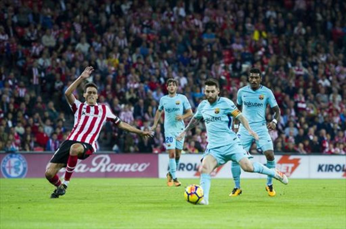 Messi se dispone a chutar para marcar el primer gol ante la oposición de Iturraspe. A la derecha, Paulinho le abraza tras conseguir el tanto.