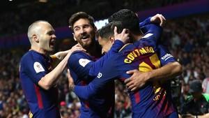 El segundo abrazo de la final de la Copa del Rey con Messi, Iniesta y Coutinho.