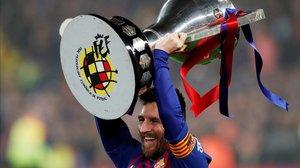 Messi levanta el trofeo de la Liga tras la victoria ant