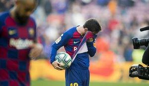 Messi se lleva la última pelota de la colección: la del póquer de goles que endosó al Eibar este sábado en el Camp Nou.