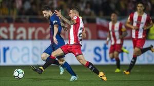 Messi trata de superar a Maffeo durante el partido deMontilivi.
