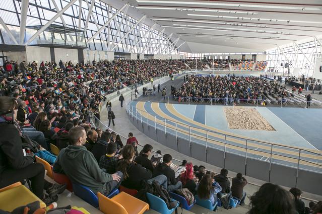 Miembros de la asamblea de la CUP que se celebra en la Pista de Atletismo Cubierta de Sabadell, este domingo.