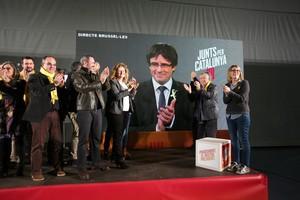 GRAF3013. TARRAGONA, 16/12/2017.- Fin del mitin de Juns per Catalunya en Tarragona con Jordi Turull (i), Eusebi Campdepedrós (2i), Carles Puigdemont, en la pantalla, y otros candidatos. EFE/Jaume Sellart