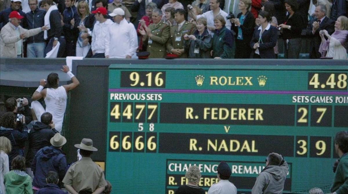 Nadal, escala al palco tras ganar en Wimbledon.