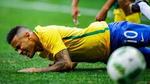 Neymar se queja en el suelo tras una entrada.