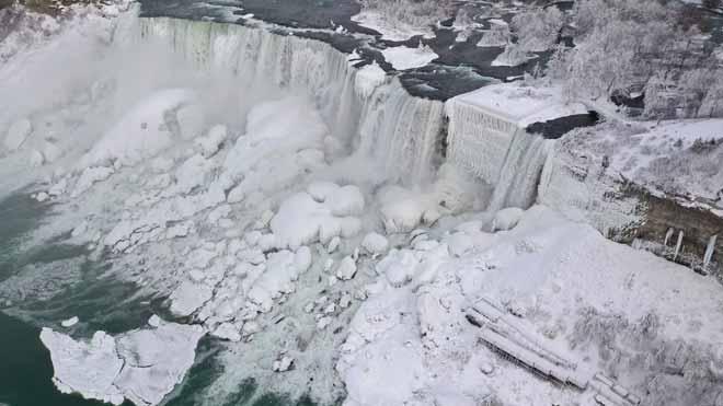 El fred congela fins i tot les cascades del Niàgara