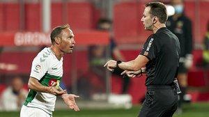 Nino conversa con el árbitro José Antonio López Toca, en el Girona-Elche (0-1).