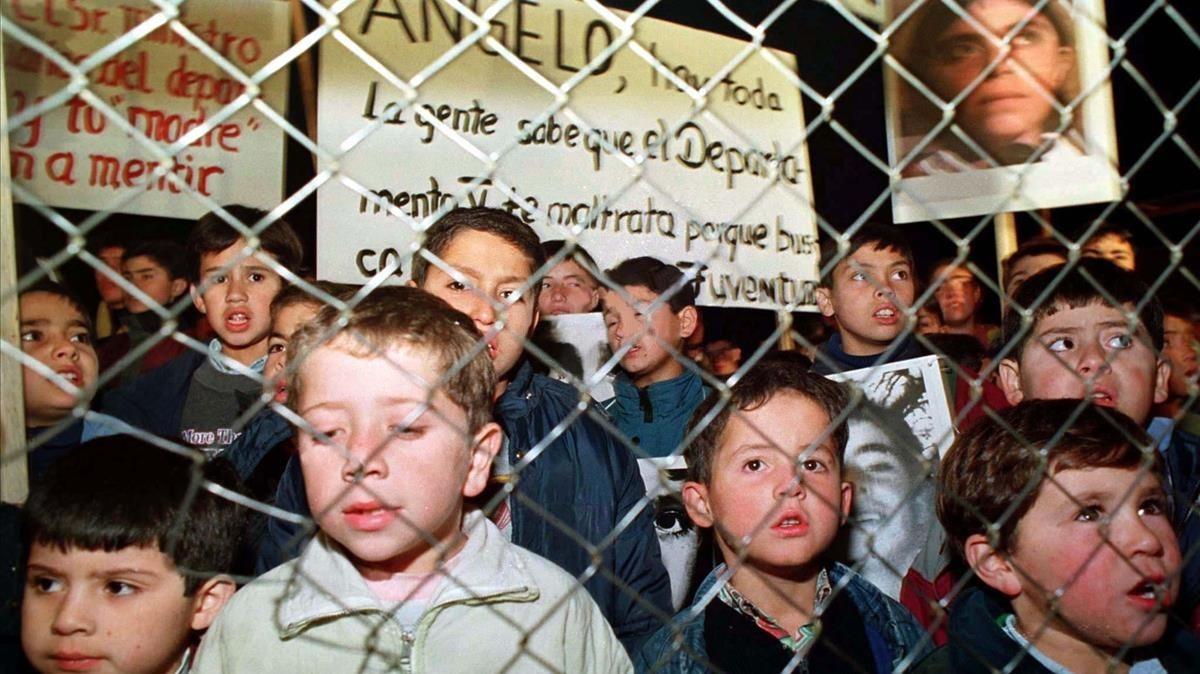 Niños de Colonia Dignidad con carteles en defensa de su líder, acusado de pedofilia.