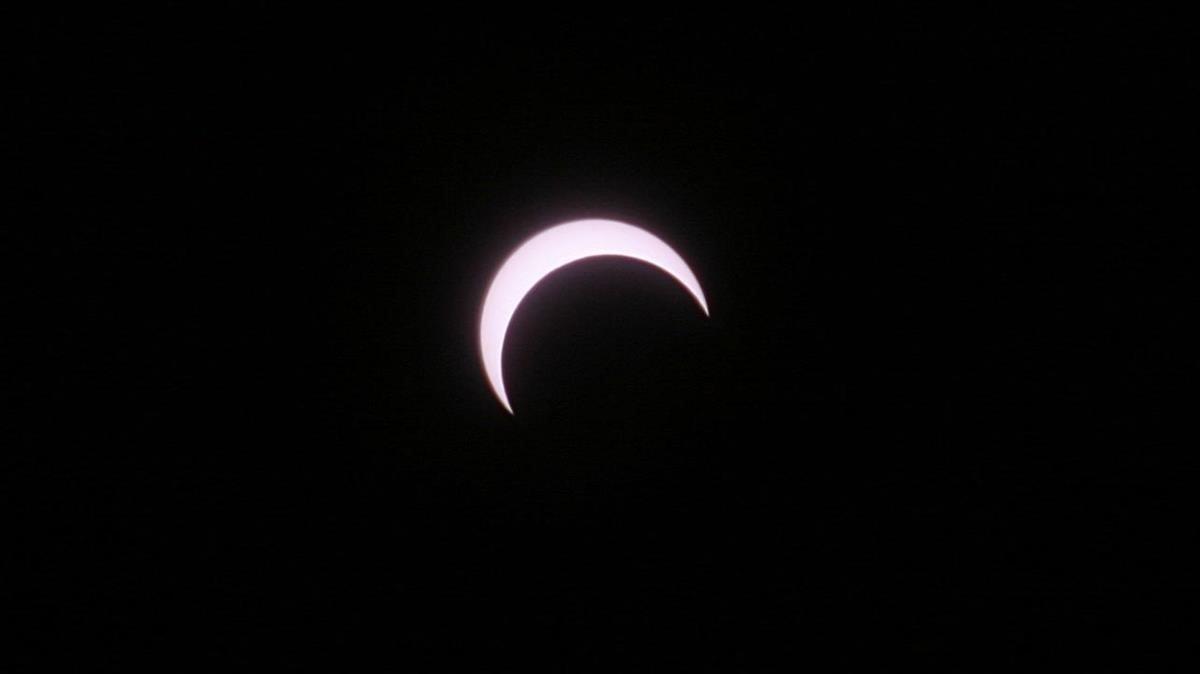 Observación del eclipse de sol desde la explanada del Observatorio de la Agrupación Astronómica de Sabadell, en octubre del 2005.