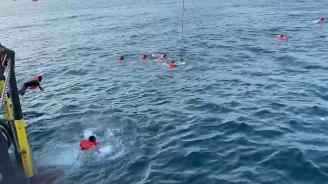 48 immigrants més a bord de l''Open Arms' es llancen a l'aigua davant Palerm