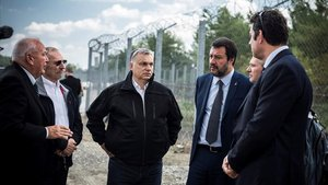 El primer ministro hungaro, Viktor Orbán (centro),el ministro de Interior italiano, Matteo Salvini (con corbata),visitan la frontera serbo-húngara cerca de la localidad deRoszke.