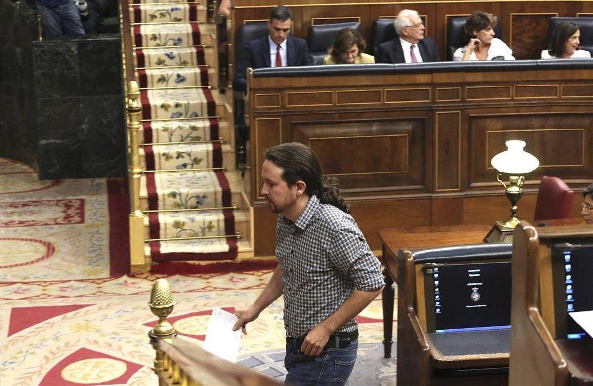 Pablo Iglesias pasa frente a Pedro Sánchez, en la primera sesión del debate de investidura.