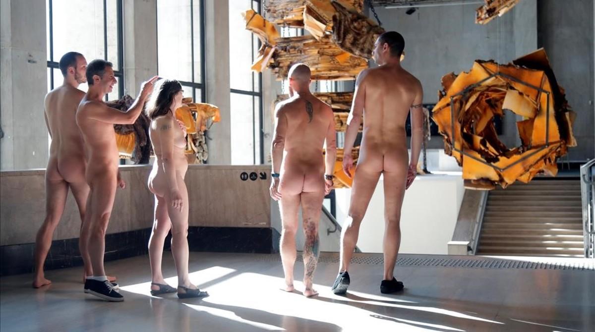 El Palacio de Tokyo de París ha abierto sus puertas a un grupo de nudistas