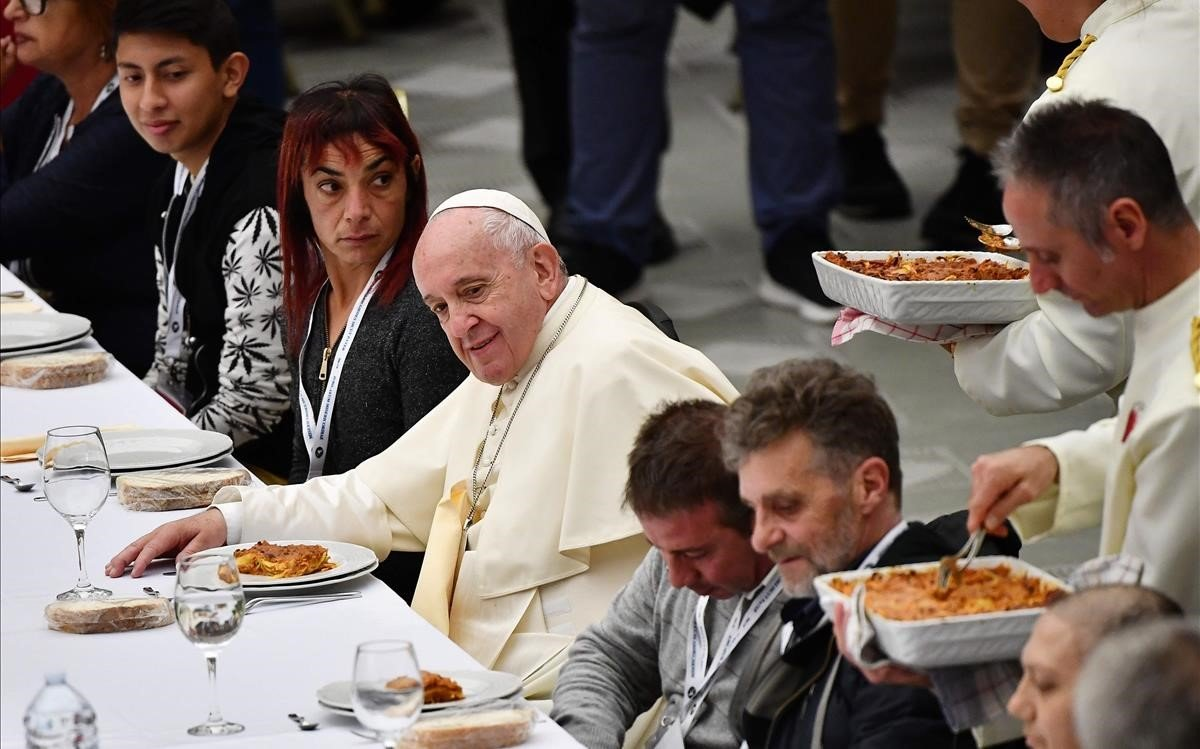 El Papa Francisco durante un almuerzo con indigentes, en el salón Pablo VI, en el Vaticano