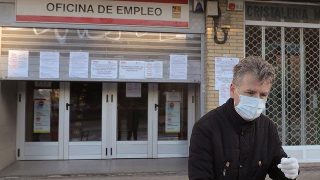 El paro sube en junio en 5.107 personas. En la foto, un hombre pasa ante una oficina de empleo en Madrid, el pasado mes de abril.