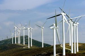 BI02. Durango (Vizcaya), 21/07/04.- Vista del parque eólico situado en el monte Oíz de la localidad vizcaína de Durango, que hoy ha sido inaugurado. El parque está dotado de 30 aerogeneradores con una potencia total de 25,50 MW, y abastecerá cada año a 65.000 hogares con energía renovable y limpia. EFE/LUIS TEJIDO
