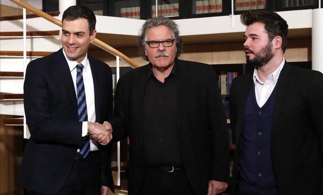 Pedro Sánchez junto a los portavoces de ERC en el Congreso, Joan Tardà y Gabriel Rufián, este martes.