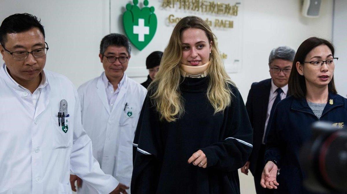 La piloto alemana Sophia Flörsch, de 17 años, abandona el hospital de Macao durante la operaron durante 11 horas tras sufrir un grave accidente en el ^GP de F-3.