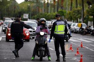 GRAFAND6325. CÓRDOBA, 16/03/2020.- Agentes de la Policia Nacional controlan a los conductores en unas de las principales avenida de la ciudad de Córdoba, este lunes, durante el primer día laborable tras la declaración de estado de alarma por la pandemia de coronavirus COVID-19. EFE/Salas