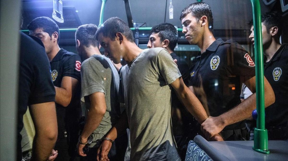 Policías antidisturbios detienen a soldados turcos que supuestamente participaron en el intento de golpe militar, en Estambul, el 16 de julio.