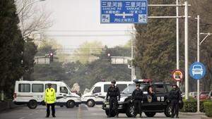 Policías en una carretera de Pekín, este martes.