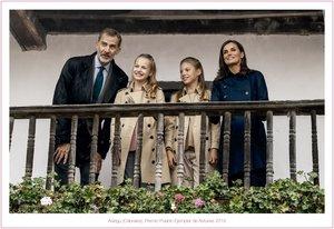 La postal navideña de Los Reyes y sus hijas, Leonor y Sofía, en el 'pueblo ejemplar' de Asiegu, el pasado octubre, cuando los actos de los Premios Princesa de Asturias.