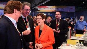 La presidenta de la CDU, Annegret Kramp-Karrenbauer, bromea con varios delegados del congreso del partido, este sábado.