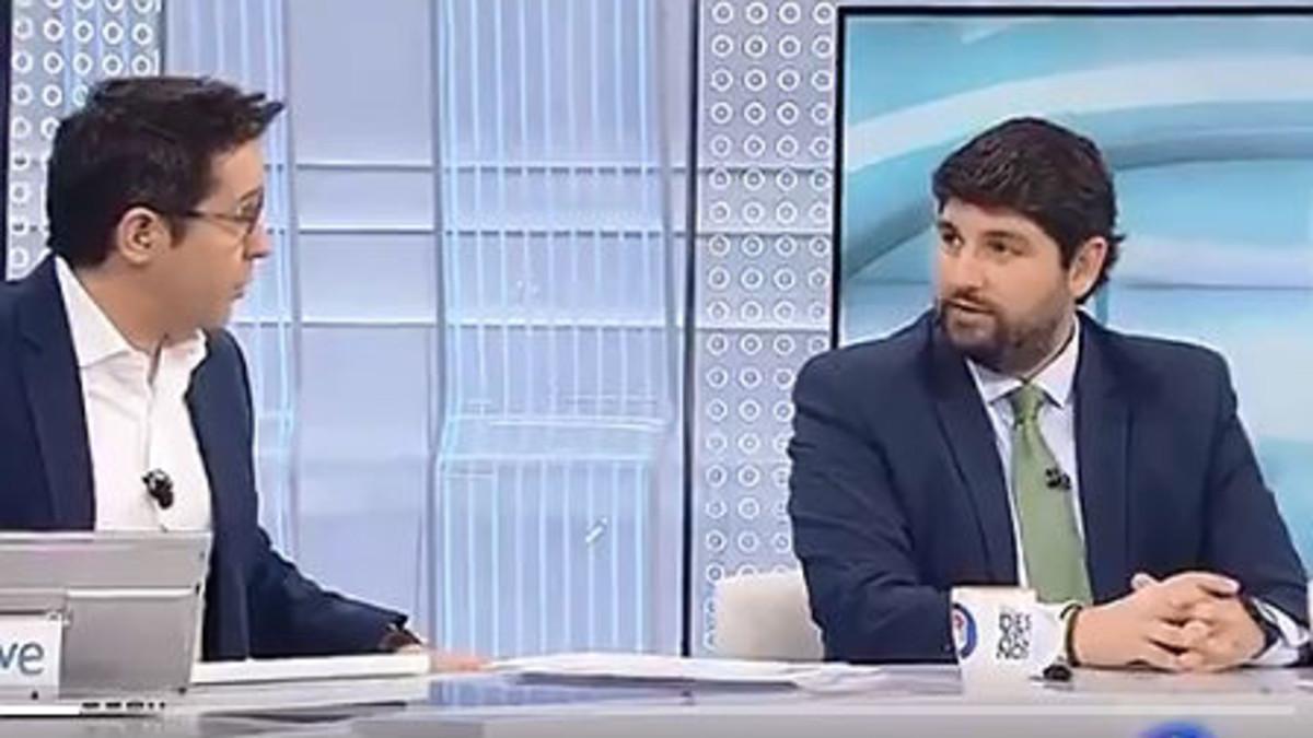 El presidente de Murcia, derecha, durante la entrevista en TVE.