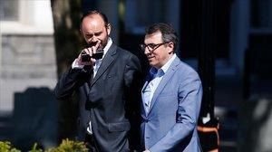 El primer ministro francés (izquierda), Edouard Philippe, y el hasta ahora alcalde de Le Havre, Luc Lemonnier.