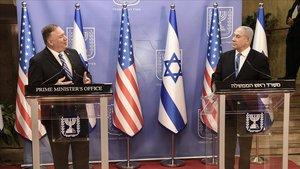 El primer ministro israelí, Binyamin Netanyahu, y el secretario de Estado de EEUU, Mike Pompeo, en rueda de prensa conjunta este lunes.
