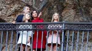 Los Reyesy sus hijas, la princesa Leonor y la infanta Sofía, en la conmemoracióndel centenario de la Vírgen de Covadonga.