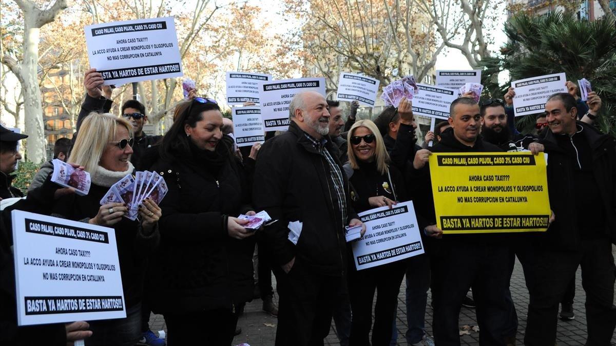 Protesta de taxistas en la sede de la Autoritat Catalana de la Competència.