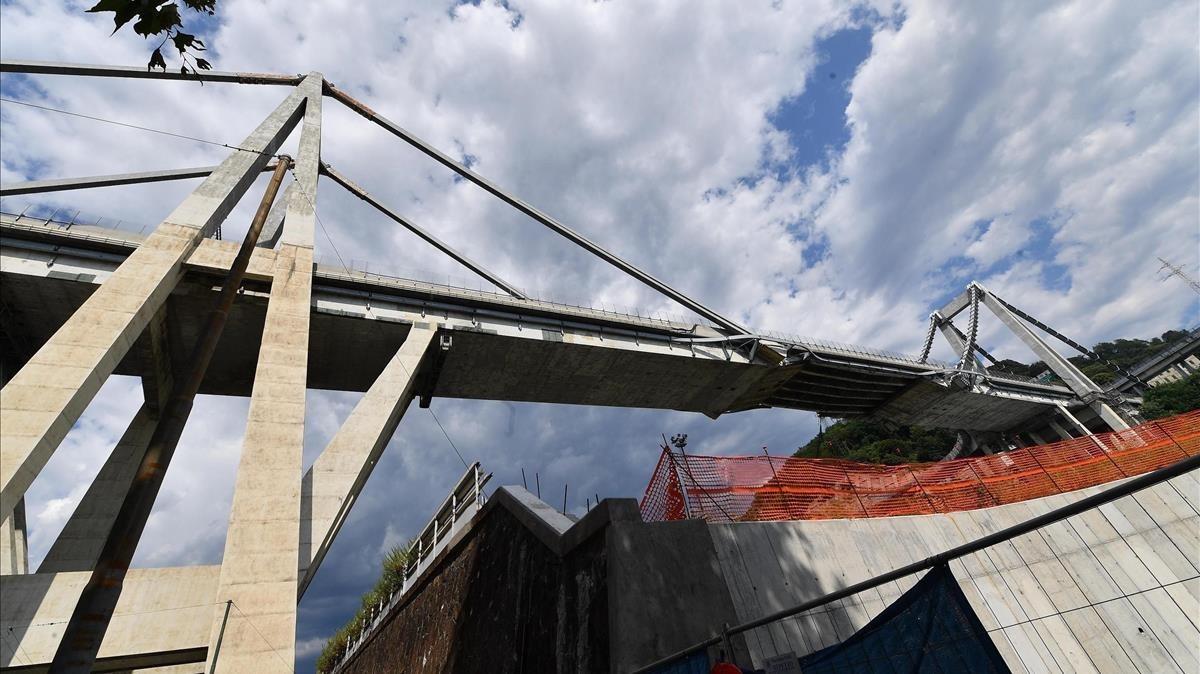 Edificios bajo el puente que el martes se derrumbó en Génova.