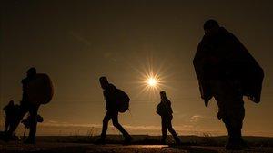 Un grupo de refugiados afganosen la frontera que une Turquía y Grecia.
