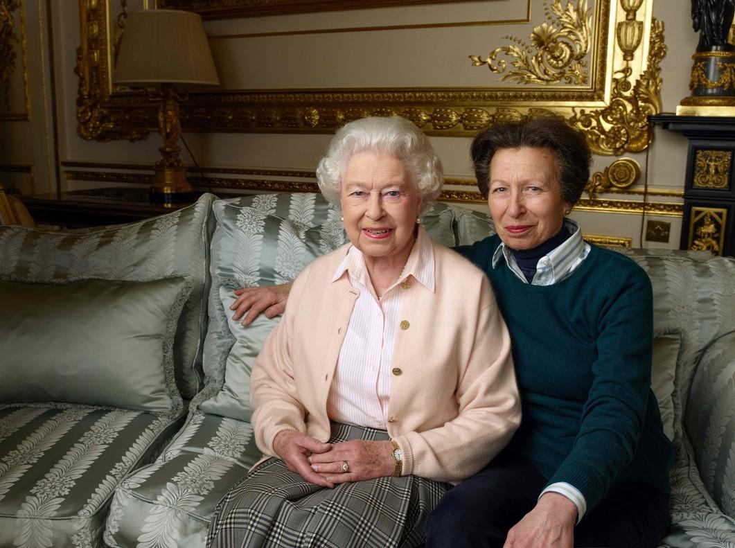 La reina Isabel y su hija, la princesa Ana, en el palacio de Windsor.