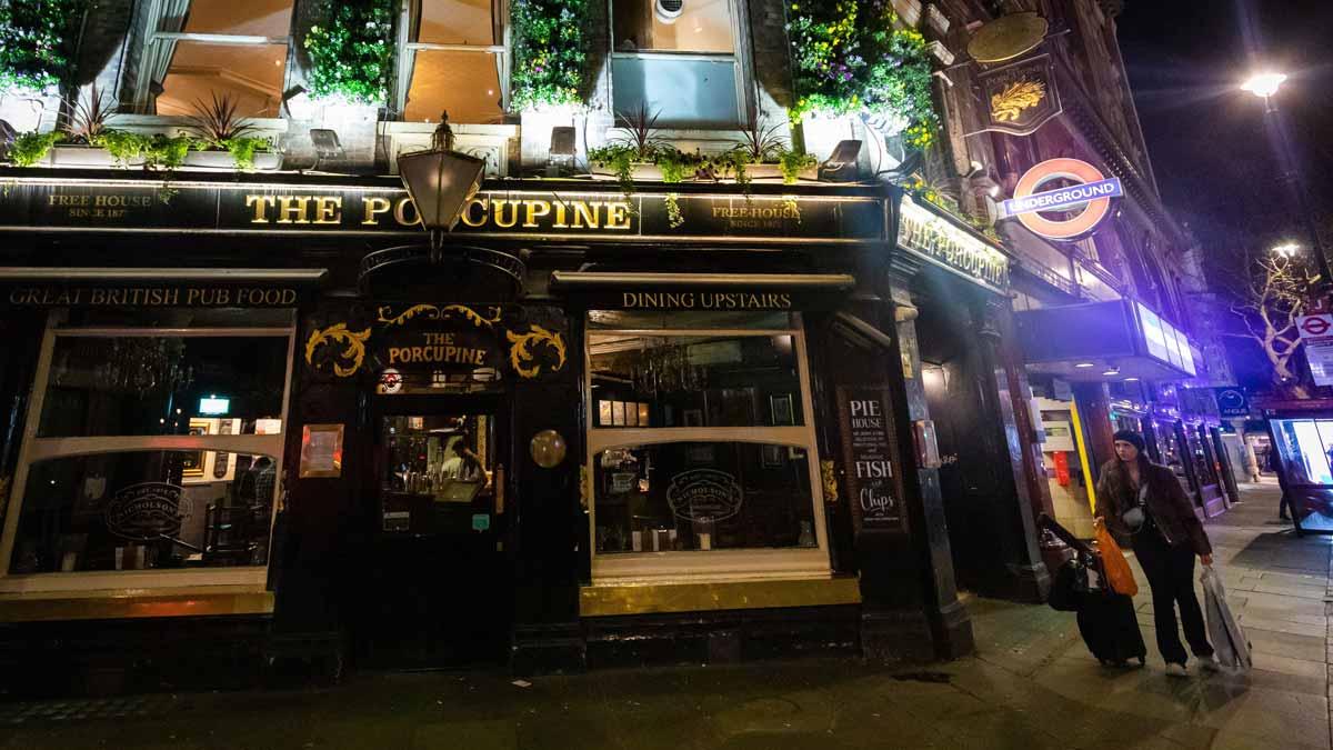 El Reino Unido cierra los Pub's y toma medidas para frenar despidos.