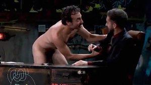 La surrealista aparición de un hombre completamente desnudo en 'La resistencia'