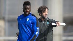 Quique Sánchez Flores corrige a Caicedo en un entrenamiento del Espanyol de la pasada temporada.