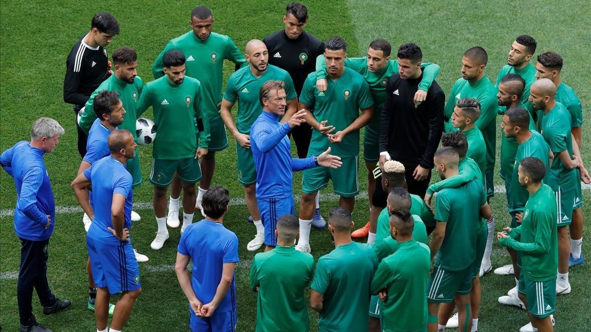 Hervé Renard, en el centro, da una charla a los jugadores de la selección marroquí.