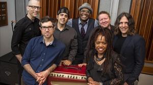 Colaboradores y músicos de Bowie, durante la preparación del homenaje en Nueva York. De izquierda a derecha, Brian Delaney, Chris McQueen, Mark Plati, Everett Bradley, Matt Beck, Catherine Russell y Henry Hey.