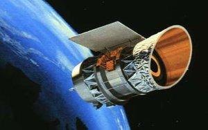 Imagen de un satélite orbitando sobre la tierra.
