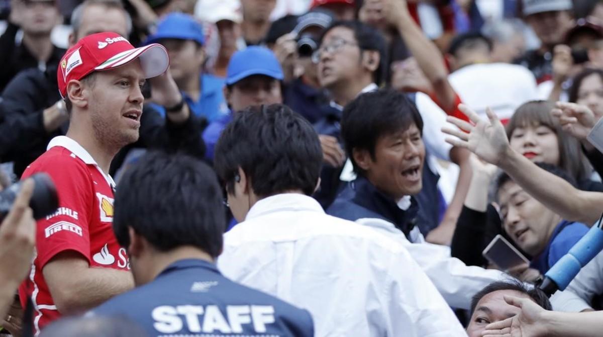Sebastian Vettel saluda a una multitud de seguidores japoneses, en Suzuka.