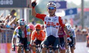 Caleb Ewan se anota la segunda victoria en el Giro.