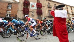 Los ciclistas, en la salida de la tercera etapa de la Vuelta.