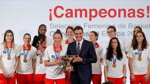 La selección, en la recepción oficial con Pedro Sánchez tras lograr el título europeo el pasado julio