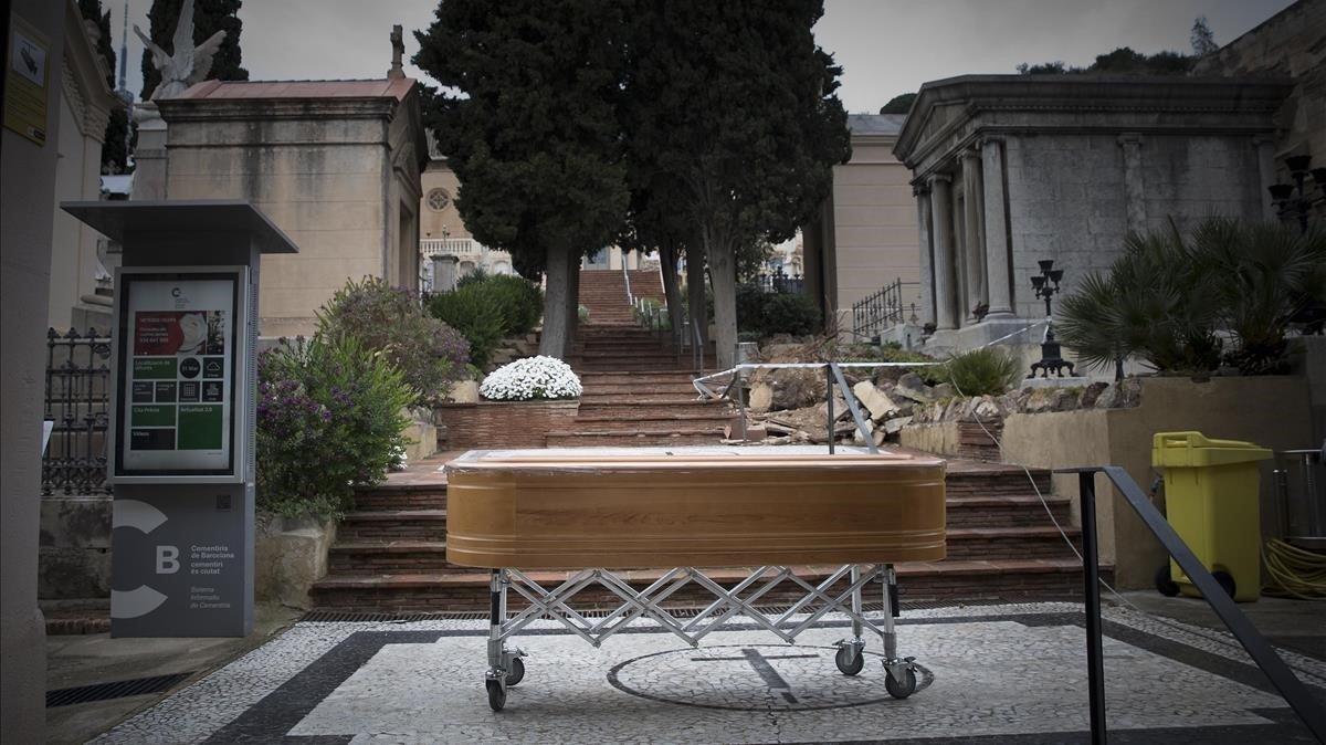 Servicios funerarios trasladan un ataúd al cementerio de Sant Gervasi.