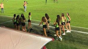 Un equipo de fútbol sustituye a los niños recogepelotas por adolescentes en shorts