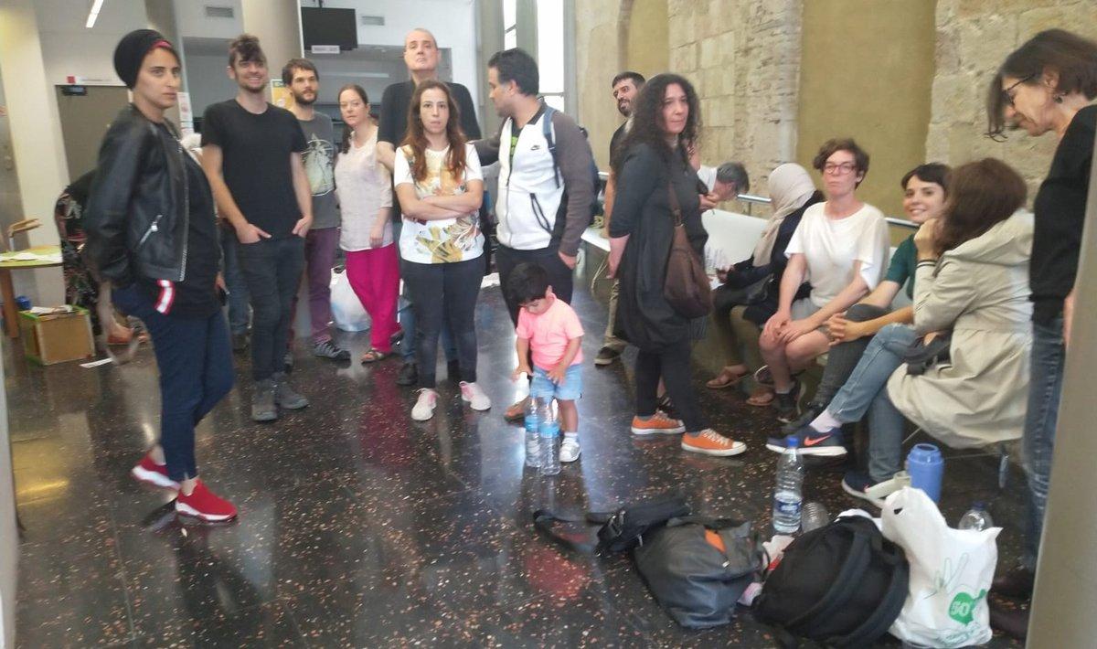 Un grupo de activistas, encerrados en la sede de los Servicios Sociales del Raval.