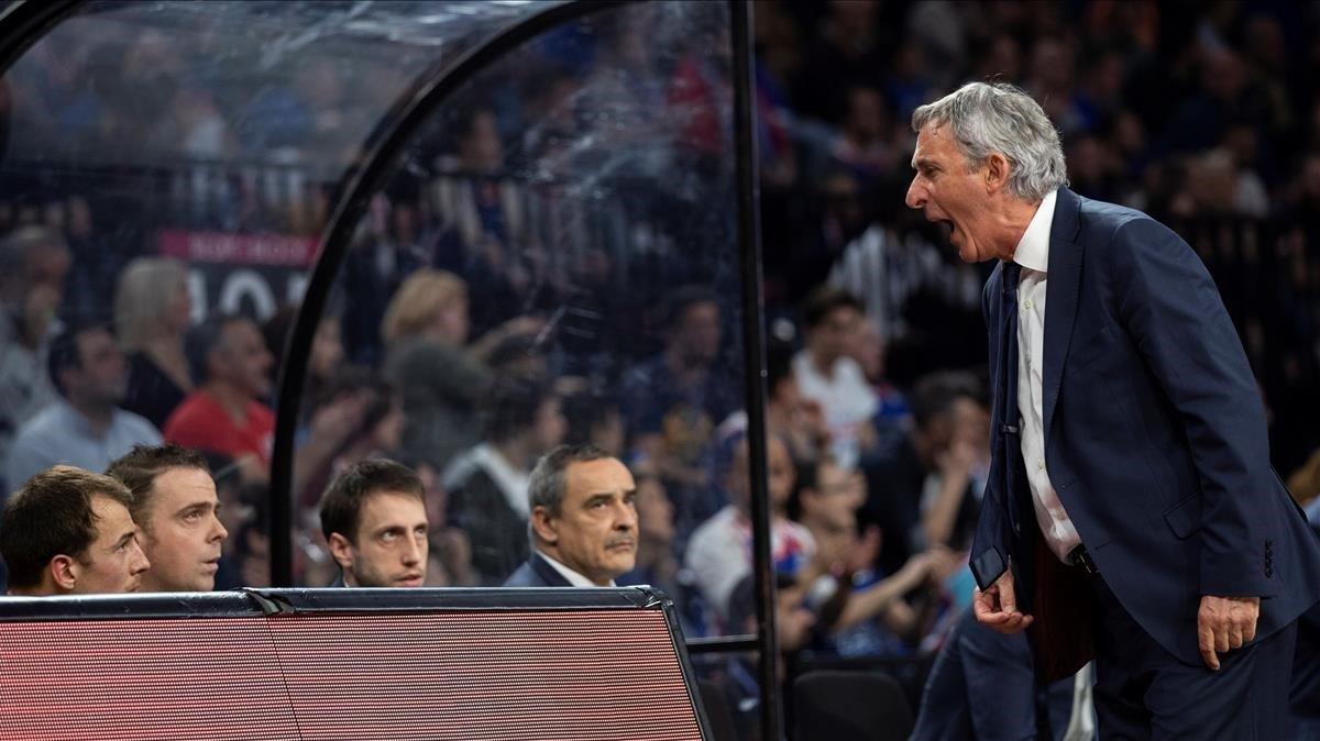 El técnico azulgrana Pesic abronca a sus jugadores la pasada semana en Estambul
