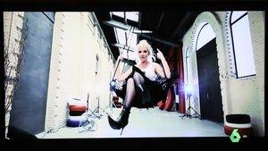 Videoclip de Karen, en una televisión de madrugada.